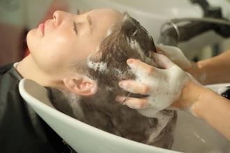 「女性の年代別でみる、髪の悩みと解決策はここだった。」