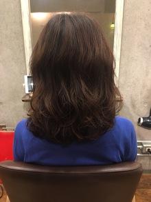 ストレートパーマや縮毛矯正した髪の毛をウェーブやカールで柔らかな質感に