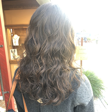 自分の髪質や求めるデザインに合ったパーマって?パーマの種類の一つ、オススメの「エアウェーブ」の特色をお教えします♪