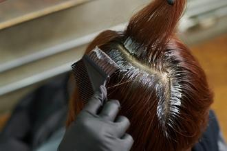 頭皮にカラー剤を付けずに染めるテクニック「ゼロテク」